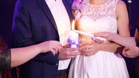 婚姻的传统,仪式 新婚佳偶举行家庭壁炉边的一个白色大蜡烛标志,幸福 股票录像