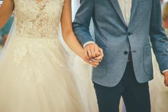 婚姻的夫妇走握手 库存图片