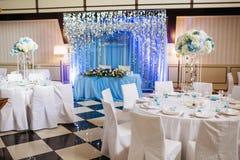 婚姻的宴会大厅 空的欢乐桌在餐馆 免版税库存图片