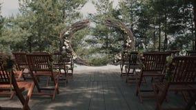 婚姻的弧用花/装饰的地方装饰婚礼的 股票录像
