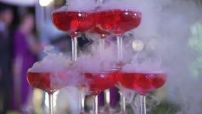婚姻的承办酒席 庆祝婚姻概念 餐馆和酒吧酒精菜单 豪华饮料 室外宴会的服务 影视素材