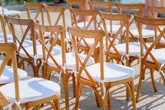 婚姻的折叠的草椅 免版税库存图片