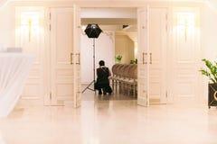 婚姻的摄影师为仪式照相 免版税库存图片