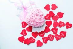 婚姻的桃红色装饰与弓和红心为情人节 库存照片