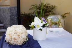 婚姻的花卉装饰和bride& x27; s花束 免版税图库摄影