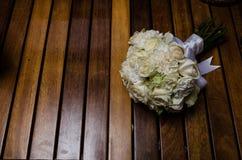 婚姻的花花束,新娘插花,新娘的辅助部件在她的婚礼那天 免版税库存照片