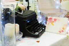 婚姻的装饰打字机和登记 库存照片