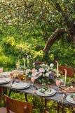 婚姻的装饰的桌,装饰结婚宴会本质上在庭院里 免版税库存图片