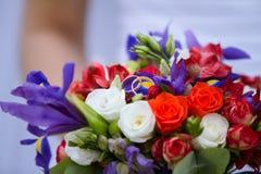 婚姻的装饰花束上升了与两个金黄圆环 库存图片