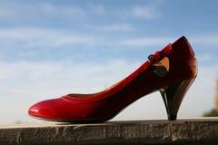 婚姻红色的鞋子 免版税库存照片