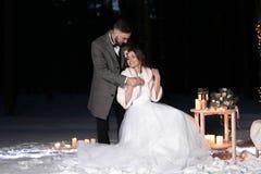 婚姻美好的冬天户外 免版税库存照片