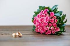 婚姻花束桃红色的玫瑰 3d被生成的图象环形婚礼 复制空间 骗局 库存照片
