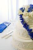 婚姻蓝色蛋糕的翠雀 免版税库存图片