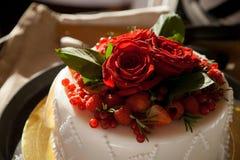 婚姻蛋糕红色的玫瑰 免版税库存照片