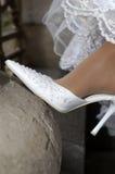婚姻赤足新娘行程的鞋子 图库摄影