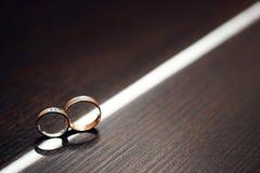 婚姻金黄的环形二 新娘仪式教会新郎婚礼 概念亲吻妇女的爱人 免版税库存照片
