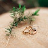 婚姻金黄的环形二 新娘仪式教会新郎婚礼 概念亲吻妇女的爱人 库存照片
