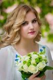 婚姻,有婚礼花束的美丽的女孩 图库摄影