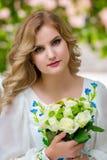 婚姻,有婚礼花束的美丽的女孩 免版税库存图片