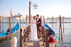 婚姻 乘坐一艘长平底船的一对年轻夫妇在威尼斯 意大利 库存照片