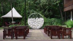 婚姻 新娘仪式花婚礼 形成弧光的 曲拱,装饰用站立在森林的白花,在婚礼区域 影视素材