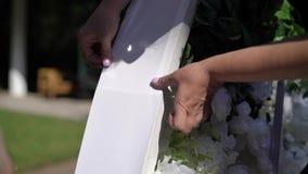 婚姻 新娘仪式花婚礼 形成弧光的 曲拱,装饰用站立在森林的白花,在婚礼区域 股票录像