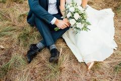 婚姻-新娘和新郎在草拥抱 库存照片