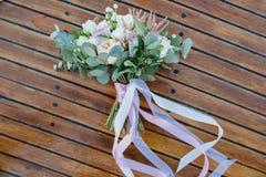 婚姻 新娘` s花束 白色和桃红色花土气花束  库存图片
