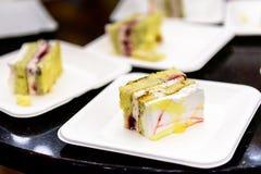 婚宴喜饼片断在白色板材的在党 免版税库存照片