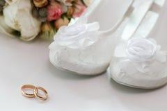 婚戒和女傧相鞋子 库存图片