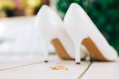 婚戒和婚礼鞋子新娘 免版税库存图片