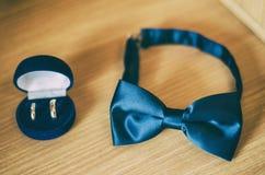 婚戒和弓领带 库存图片