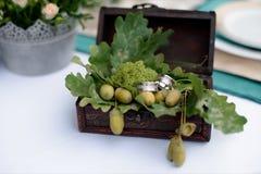 婚戒和橡木叶子在箱子 库存照片