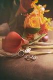 婚戒和花束在椅子 免版税库存照片
