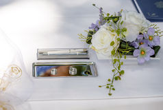 婚戒和花装饰 库存图片