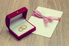 婚戒和邀请 库存图片