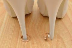 婚戒和鞋子 免版税库存照片