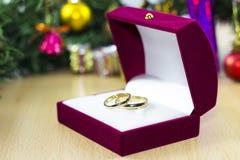 婚戒在christmass树下 免版税图库摄影