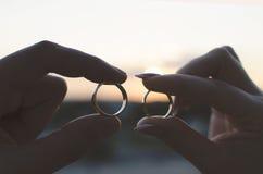 婚戒在newlyweeds的手上 免版税库存照片