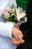 婚戒新娘和新郎 婚姻白色的背景明亮的环形 新娘的花束 免版税库存图片