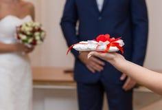婚戒的枕头与繁文缛节 图库摄影