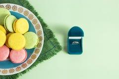 结婚提议、箱子有圆环的和蛋白杏仁饼干在薄荷的背景 选择聚焦,顶视图,宏指令,定了调子图象 免版税库存图片