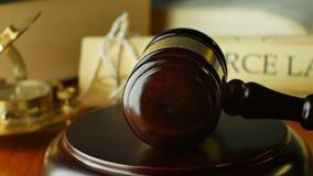 离婚法院法律法官与惊堂木和锤子的诉讼概念 股票视频