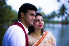 结婚的印地安传统年轻夫妇 免版税库存照片