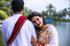 结婚的印地安传统年轻夫妇 库存图片