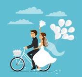 结婚的愉快的夫妇新娘和新郎骑马自行车 库存照片