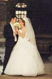 结婚的皮他们的在花束后的亲吻 免版税库存照片