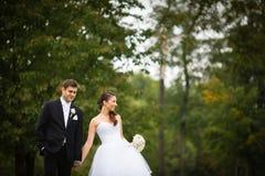 结婚的,年轻婚礼夫妇在公园 免版税图库摄影