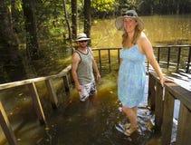 结婚的GEN x夫妇-洪水赛普里斯春天 免版税库存图片