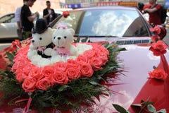 婚礼与两个熊玩偶的花花束 免版税库存图片